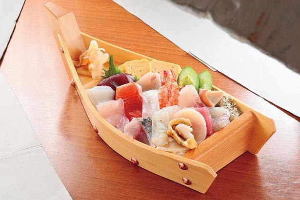 船には溢れんばかりに色とりどりの魚介が盛らている/「舟盛りちらし寿司」(2160円)