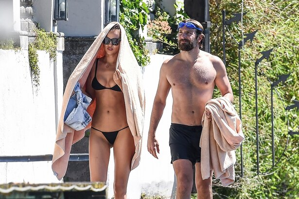 【写真を見る】2人並んで美ボディカップル!以前にも水着姿のデートを目撃されていた