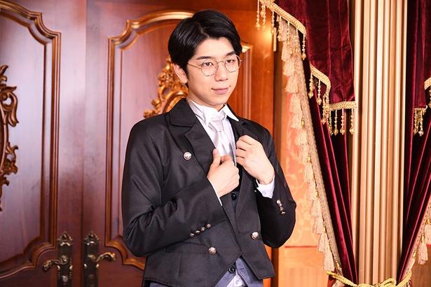 【写真を見る】西山扮するは、翔太さまをサポートする燕尾服に優しげな笑顔の「執事西山」