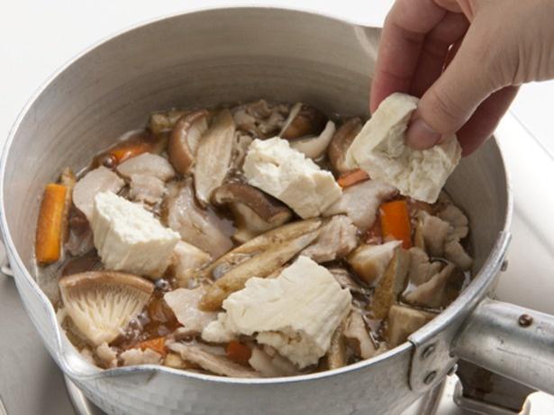 水きりした豆腐は手でちぎって加えると、断面に凹凸ができて味がしみ込みやすくなる。
