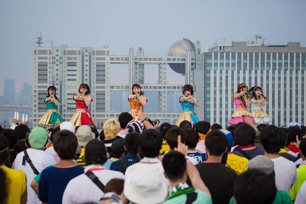 【写真を見る】夏空の下、この上なく楽しいステージを見せる!