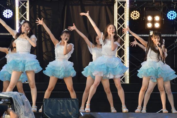 「RUN RUN RUN」を歌う、須田亜香里(前列中央)たちチームEのメンバー