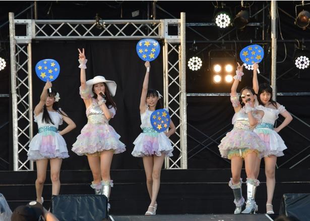 「わがままな流れ星」を歌う高木由麻奈(前列左)と都築里佳(前列右)