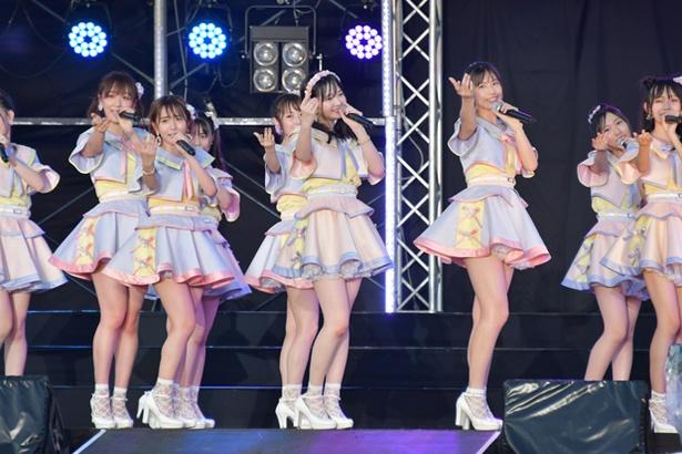 「花の香りのシンフォニー」でセンターを務める江籠裕奈(前列中央)