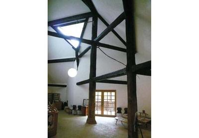 展示室の床は籐ござや大理石が敷かれている