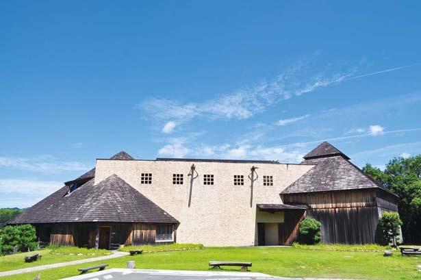 屋根には長野県諏訪産の鉄平石、壁には地元特産の天竜杉を使用