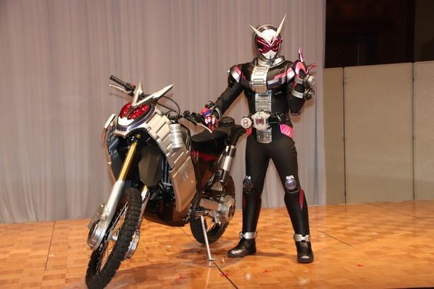 """ジオウ、ゲイツが乗るスーパーバイク""""ライドストライカー""""と仮面ライダージオウ"""