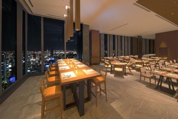 「Sky Dining 天空」は「天空の社交場」をテーマに、 海図や船の食堂をイメージしたレストラン。木目調の落ち着いた雰囲気の店内からは、名古屋の夜景が広がる