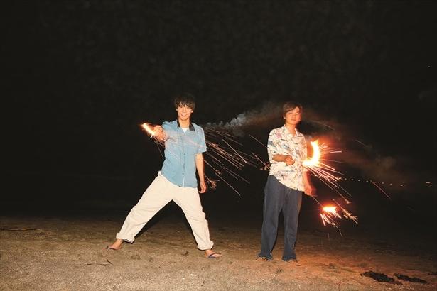 花火が「ついた~」とうれしそうにするも、火の粉に「アチ、アチ」
