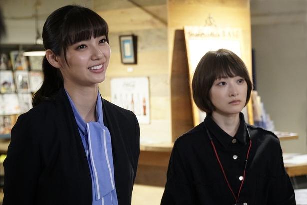 主人公・春を演じる新川優愛と、春と共にアイドルのプロデュースを担う間野あかり役の生駒里奈(左から)