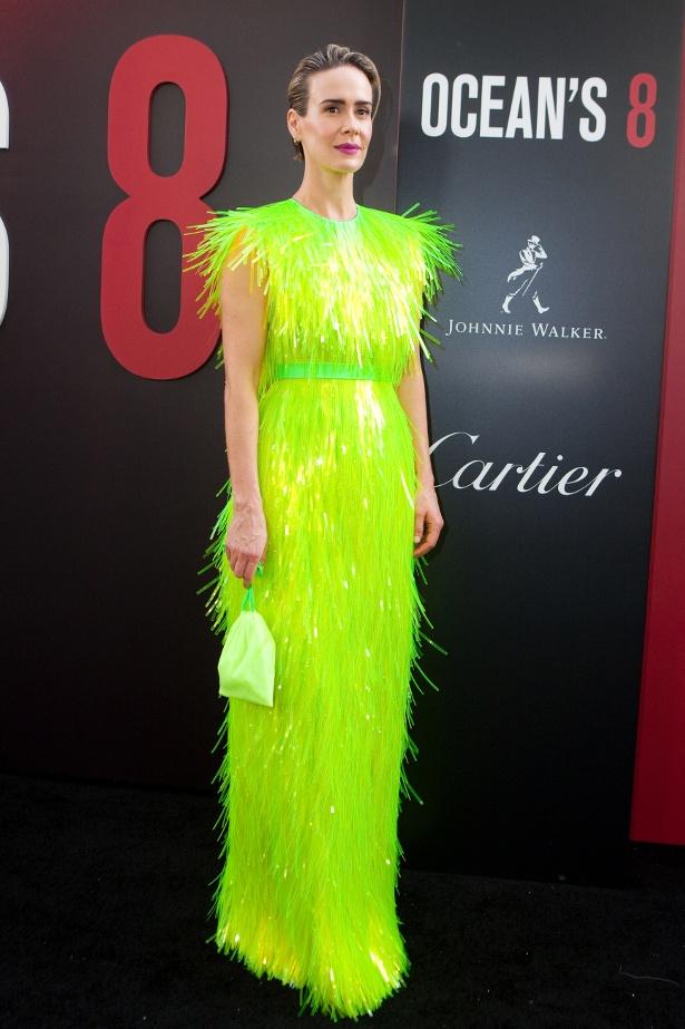 蛍光グリーンの個性派ドレスをまとったサラ・ポールソン