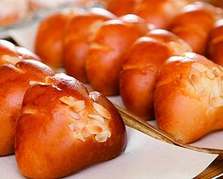 「窯蔵」。マリナ通りから一本入った住宅街にある。くるみパンやチーズパンなど約30種類が並ぶ