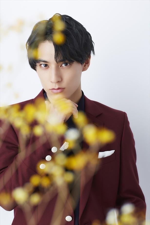 【写真を見る】黄色い花ととともに撮影をしたユースケ