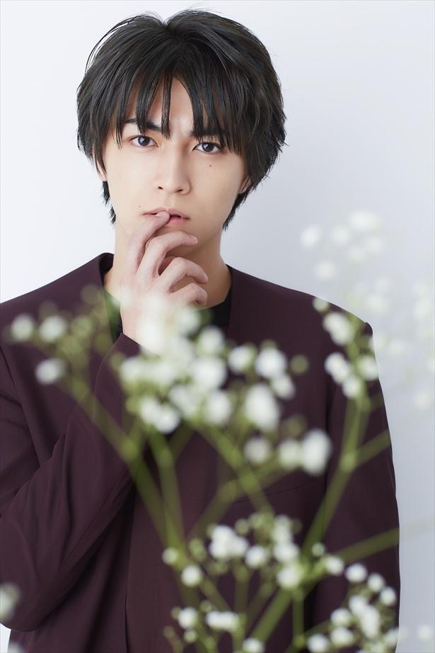 【写真を見る】白い花と一緒に撮影したタカシ