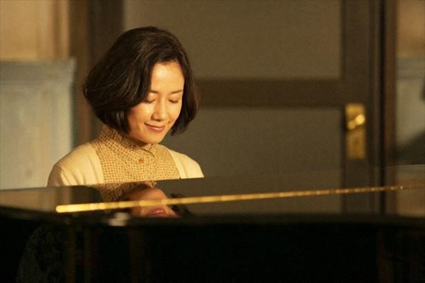 【写真を見る】ピアノ弾き語りする原田知世。50歳には見えません!