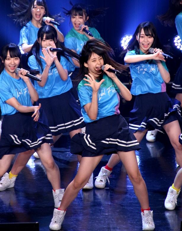 【写真を見る】STU48は瀧野由美子を中心に、スペシャルファンミーティングステージ(Tシャツ購入者限定ステージ)で元気いっぱいのパフォーマンス