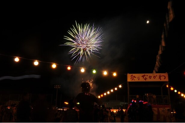 第46回 祭りなかがわ / 仕掛け花火など色とりどりの花火が打ち上げられる