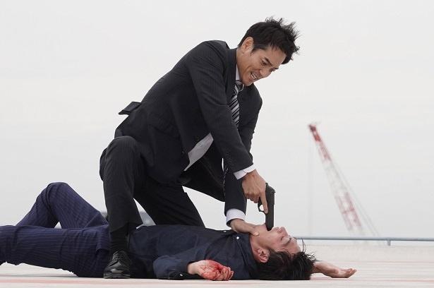 【写真を見る】狂気の表情で銃を突きつける井沢(沢村一樹)