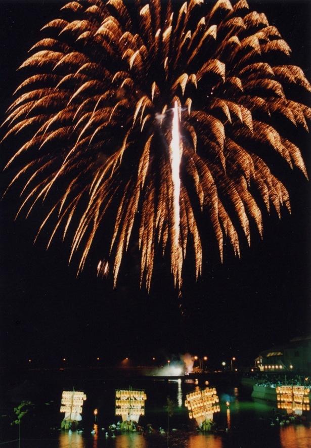 第68回志佐町納涼花火大会 / 精霊船と1300発の花火の幻想的なコラボレーション