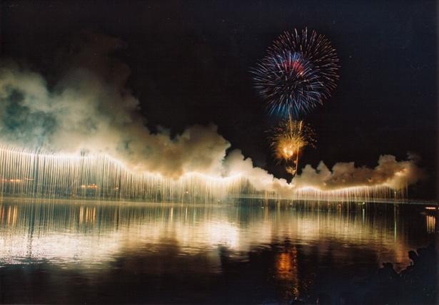 第60回記念 川内川花火大会 / 九州三大河川の川内川を横断する1kmのナイアガラは必見
