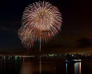 スターマインなど約5000発が八戸の海を染め上げる「第38回八戸花火大会」