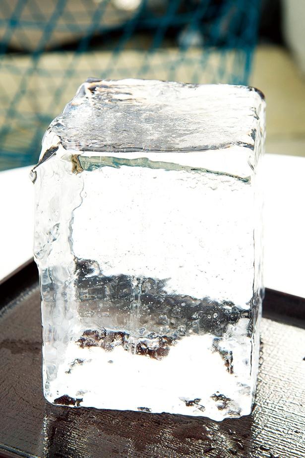 氷室の中でも絶大な人気を誇る「松月氷室」の氷を使用。天気や気温によって氷の削り方を変える