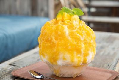 【写真を見る】沖永良部島から取り寄せたマンゴーを使用した「マンゴー」(1,100円/天然氷 ※純氷は950円)もおすすめ
