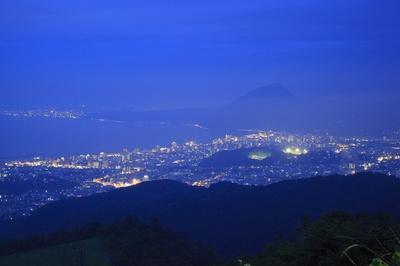 高崎山のシルエットと別府湾沿いのきらめく光