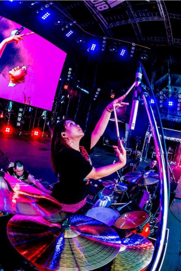 ナヲの力強いドラムとトークで、腹ペコたちをうならせる!