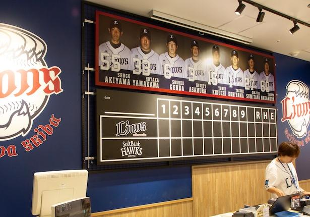カウンターの背景には選手のポスターとスコアボードが。試合当日はリアルタイムで得点が掲示される
