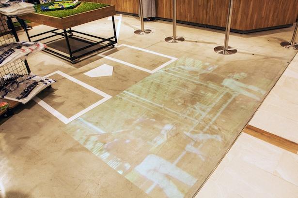 ストア内のテレビ放映のほか、床面に試合映像が大きく映し出される