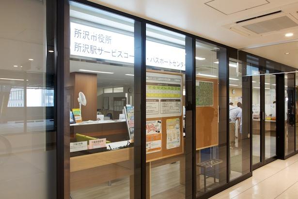 「グランエミオ所沢」4階にある。駅改札から中央エレベーター(24時間稼動)でアクセス