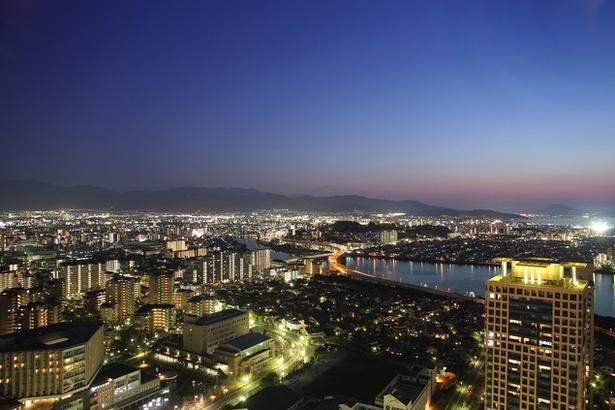 東は繁華街・天神、西には海浜公園、南は脊振山地、北には博多湾を望む