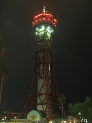 【写真を見る】タワーも夜にはライトアップされ博多港ベイエリアを彩る