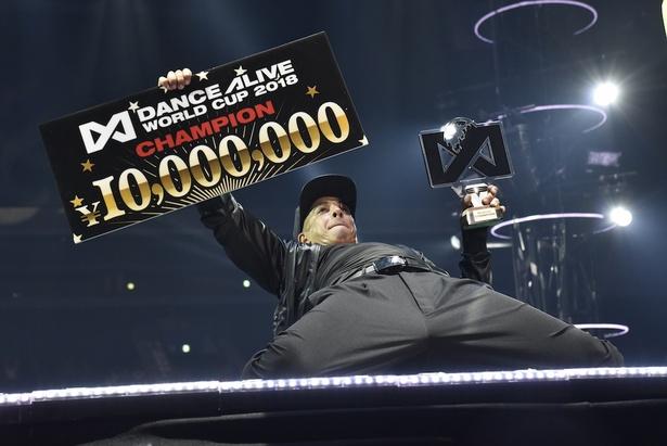 優勝賞金1,000万円を獲得したSALAH