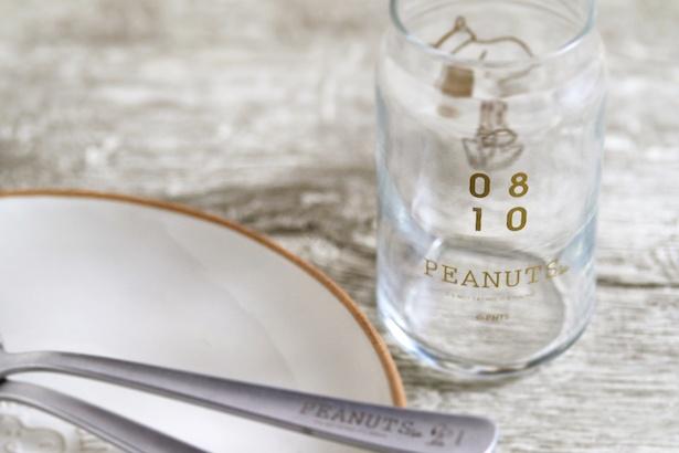 """【写真を見る】グラス裏にはスヌーピー誕生日""""0810 """"をデザイン"""