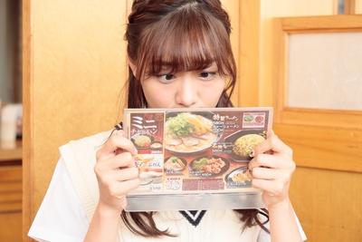 【写真を見る】メニューを真剣に見つめすぎて、思わず寄り目になってしまった須田亜香里