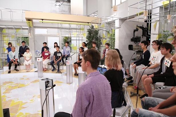 スタジオに集まった日米中露の中高生たち。奥には鈴木梨央、つるの剛士、堀田茜、山里亮太の姿も