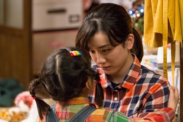 【写真を見る】泣き暮らす鈴愛を、小さな手で抱きしめる花野…いじらしい!