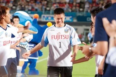 フロンターレの選手・スタッフから激励を受ける川島