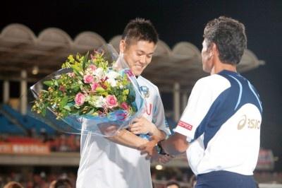 監督から花束が贈呈される