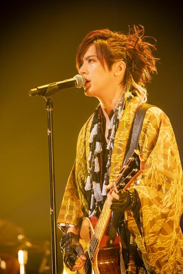 アコースティックギターでしっとりと歌うDAIGO
