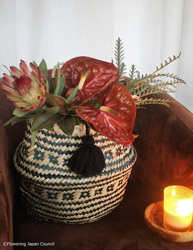 アンスリウムとワイルドフラワー、大人色の花同士で。