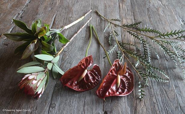 使った花材たち。葉も濃い緑色のものを選んでいます。