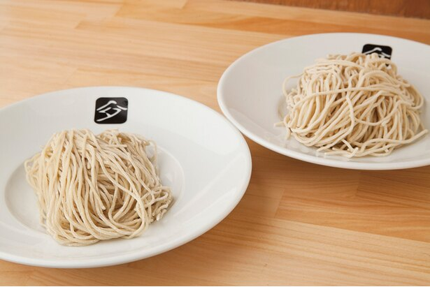 北海道産のブランド小麦「春よ恋」の最高品種を使った中細ストレート麺。左が中華そば用、右がつけそば用。つけそば用のほうが若干太い