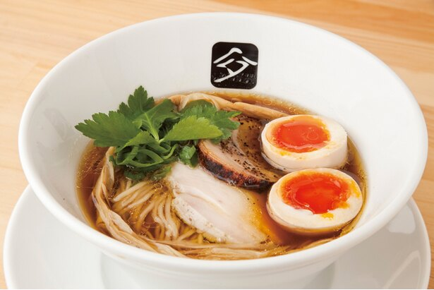 一番人気の「味玉鶏の中華そば」(850円)。鶏の芳醇な香りと旨味が詰まったスープは滋味深い。味玉は甘味とコクが強い千葉・むこたま養鶏場産