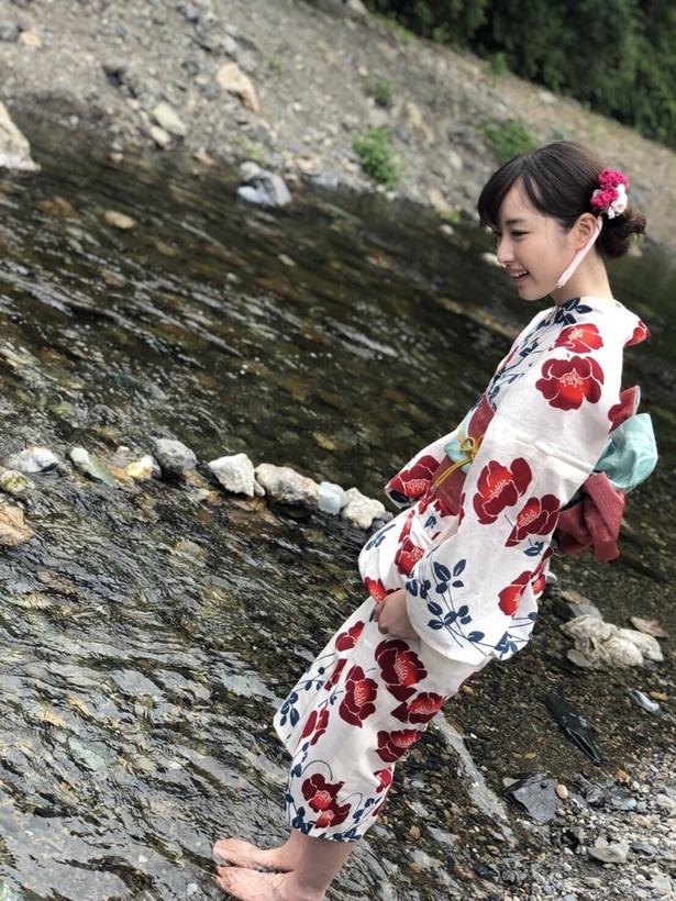 【写真を見る】浴衣の裾をたくし上げ、水面に足を着ける内田珠鈴
