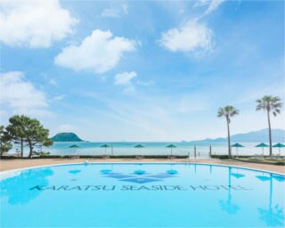 「シーサイドプール」。「東の浜海水浴場」の向こうに島々を望む好ロケーション