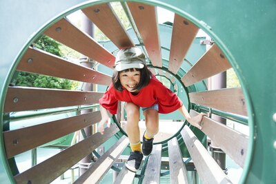 大型複合遊具にはトンネルや滑り台など子どもが夢中になる仕掛けがたくさん