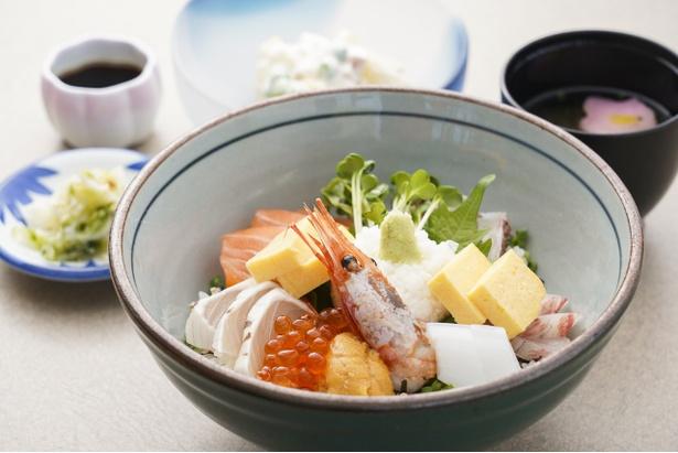 海鮮丼(1600円・税込)。サラダ、漬物、吸い物付き
